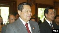 Presiden SBY dan Sultan Hamengkubuwono X tiba di acara dialog kerjasama antaragama di Yogyakarta, Desember, 2004 silam.