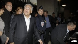 Ông Dominique Strauss-Kahn về đến sân bay Roissy ở Paris, Pháp, Chủ nhật, 4/9/2011