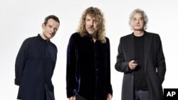Ba thành viên trong nhóm nhạc rock Led Zeppelin của Anh quốc - nhạc sĩ keyboard và trống bass John Paul Jones, nhạc sĩ guitar Jimmy Page và ca sĩ Robert Plant