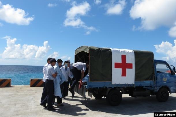 演練中使用小貨車充當救護車(台灣軍聞社提供)