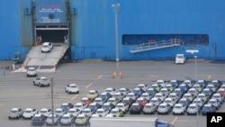 Mobil-mobil yang akan diekspor dimasukkan ke kapal kargo di Kawasaki, barat daya Tokyo.