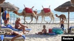 Des touristes se relaxent sur la plage à Djerba, en Tunisie, le 7 septembre 2016.