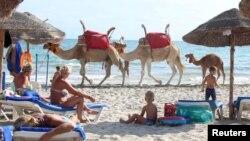 Des touristes se relaxent sur la plage à Djerba, en Tunisie, le 7 septembre 2016