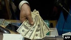 Trong vòng 1 tháng, euro sụt giá 5,1 phần trăm so với đô la Mỹ
