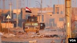 Một thành viên của lực lượng chống khủng bố Iraq tuần tra trên một con đường ở Ramadi, ngày 25 tháng 12, 2015.