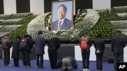 Warga Korea Selatan memberikan penghormatan terakhir di depan altar mantan Presiden Kim Young-sam di Seoul, Kamis (26/11).