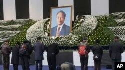 서울광장에 마련된 김영삼 전 대통령의 분향소에서 23일 시민들이 조문하고 있다.