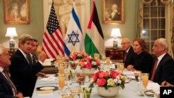 존 케리 미 국무장관(왼쪽에서 두번째)이 29일 국무부에서 이스라엘과 팔레스타인 대표단을 위한 만찬을 열었다.