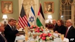Ngoại trưởng John Kerry trong cuộc họp với trưởng đoàn đàm phán Israel Tzipi Livni và trưởng đoàn đàm phán Palestine Saeb Erekat tại Washington, ngày 29/7/2013.
