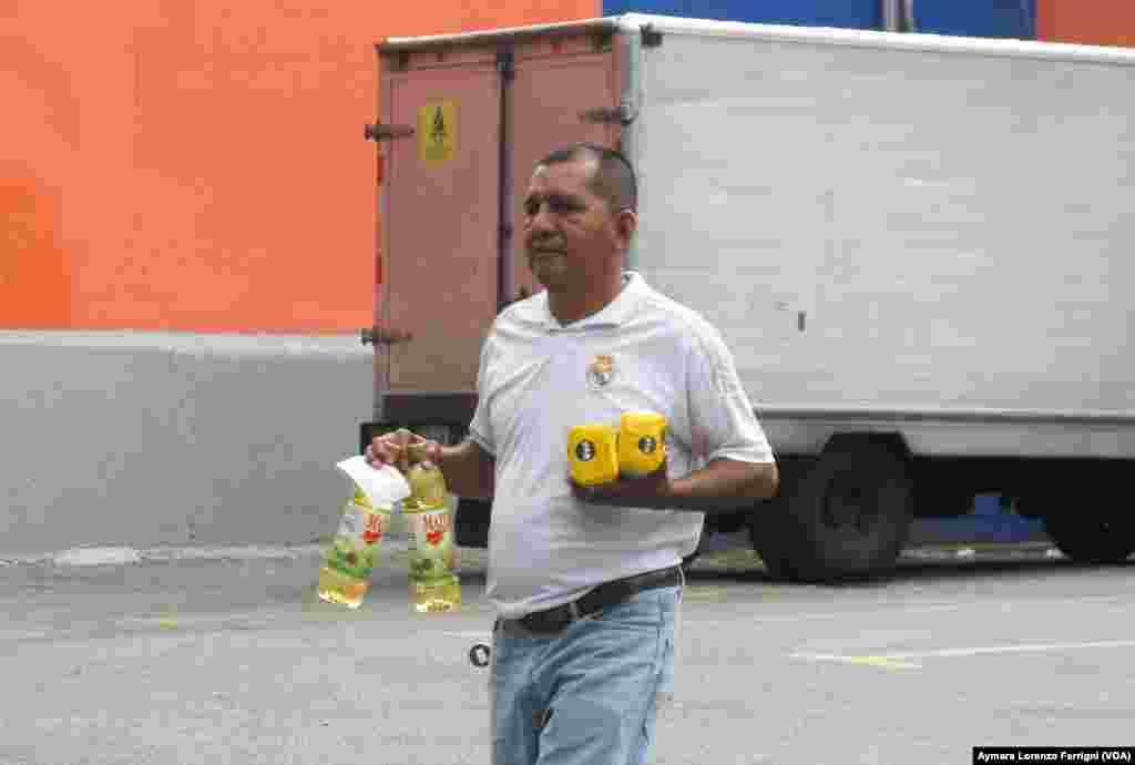 Dos productos de los alimentos básicos permiten comprar en algunos de los establecimientos privados en Caracas.