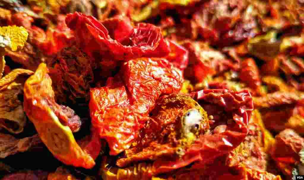 خشک ٹماٹروں کو مصالحہ جات،کیچپ اور دیگر اشیا کی تیاری میں استعمال کیا جاتا ہے۔
