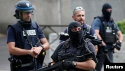 Polisi Perancis ketika melakukan operasi penggerebekan di beberapa lokasi di Paris (foto: ilustrasi).