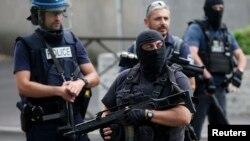 Police française et brigade anti-criminalité (BAC) à Argenteuil dans le nord de Paris en France, le 21 Juillet 2016