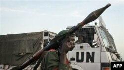 Binh sĩ CHDC Congo canh gác bênh cạnh xe tải của Liên Hiệp Quốc tại một chốt kiểm soát ở Goma