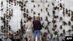 Zid u Oslu ukrašen cvećem u znak sećanja na žrtve masakra