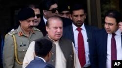 (រូបភាពឯកសារ) លោក Nawaz Sharif អតីតនាយករដ្ឋមន្ត្រីប៉ាគីស្ថាន (រូបឆ្វេងទី២) ចាកចេញពីការិយាល័យស៊ើបអង្កេតរួម នៅក្នុងក្រុង Islamabad ប្រទេសប៉ាគីស្ថាន កាលពីថ្ងៃទី១៥ ខែមិថុនា ឆ្នាំ២០១៧។