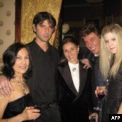 Организаторы гастролей вместе с Ильей и Нино Сухишвили (второй и третья слева) на вечеринке после спектакля в ресторане Firebird
