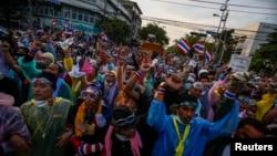 태국 반정부 시위대가 2일 방콕 경찰 본부 앞에서 군경과 대치 중이다.