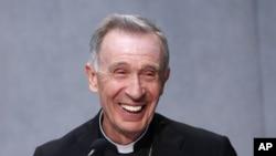 Umwepiskopi Luis Francisco Ladaria Ferrer, ni we ushinzwe komisiyo yo kwiga niba abekenyezi baba abadiyakni