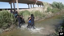 Los agentes fronterizos de Estados Unidos han dicho que rescatan a migrantes en el río Bravo casi a diario.