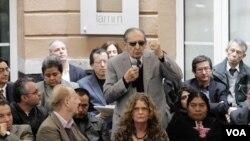 """Los periodistas presentes escuchan al escritor mexicano Eduardo Lizalde en el evento """"¡PEN Protesta!""""."""