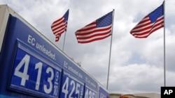 Benzinska crpka u mjestu Fullerton, Calif. Galon benzina (3.8 litara) u SAD skuplji je za gotovo jedan dolar u odnosu na proljeće 2010.