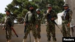 Tentara nasional Afghanistan mengawasi latihan di akademi militer Inggris di Qargha, pinggiran Kabul (5/8).