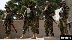 5일 아프가니스탄 카불의 군사 훈련소에서 총기 난사 사건이 발생한 가운데, 정부군 병사들이 훈련소 입구에서 경계근무를 서고 있다.