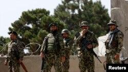 2014年8月5日阿富汗国防军士兵守卫在喀布尔英国办的军事训练学校大门前。