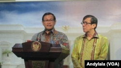 Sekretaris Kabinet Pramono Anung dan Menkumham Yasonna Laoly menjelaskan soal revisi undang-undang pemberantasan terorisme di kantor Presiden di Jakarta, 21 Januari 2016 (Foto: VOA/Andylala)
