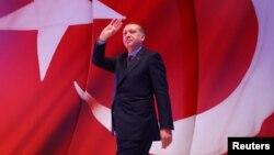Turkiya Prezidenti Rajab Toyib Erdog'an tarafdorlari davrasida, 12-aprel, 2017-yil.