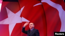 Türkiyə prezidenti Rəcəb Tayyib Ərdoğan İstanbulda tərəfdarlarını salamlayır