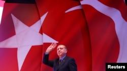 Presiden Turki Recep Tayyip Erdogan menyapa pendukungnya di Istanbul, Turki, 12 April 2017. (Foto: dok).