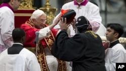 Kardinal Baselios Cleemis Thottunkal dari India (kanan) dilantik oleh Paus Benedictus XVI di Basilika Santo Petrus, Vatikan (24/11).