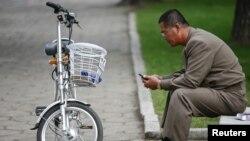 Un Nord-coréen regarde son téléphone portable dans Pyongyang, 8 octobre 2015.
