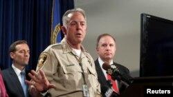 조셉 롬바도 클락 카운티 보안관은 3일 라스 베이거스에서 총기난사 사건 수사 상황에 대해 브리핑하고 있다.