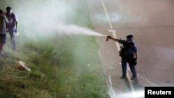 A police officer uses pepper spray as people gather on Interstate 94 to protest the fatal shooting of Philando Castile by Minneapolis area police during a traffic stop, in St. Paul, Minnesota, July 9, 2016. (Reuters)