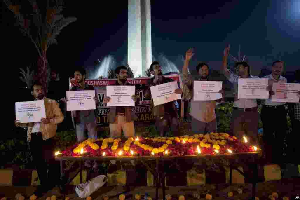 مراسم یادبود برای قربانیان حمله انتحاری در شهر لاهور پاکستان. این حادثه دست کم ۱۳ کشته بر جای گذاشت.