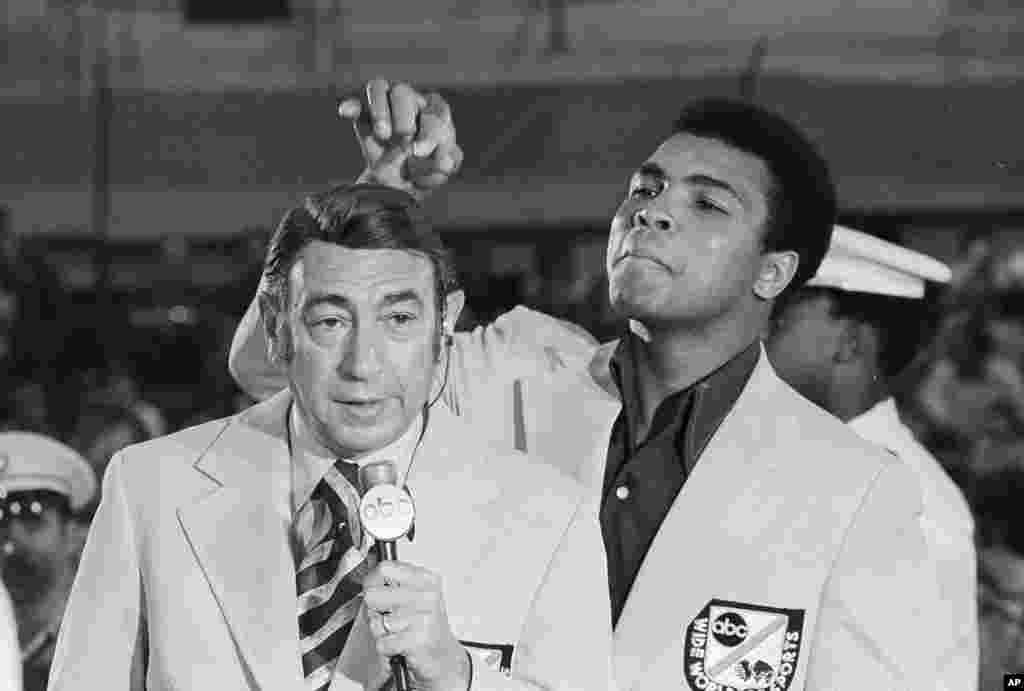 រូបឯកសារ៖ អតីតជើងឯកកីឡាប្រដាល់ទម្ងន់ធ្ងន់លោក Muhammad Ali លេងសើចជាមួយនឹងសក់សិតភ្លីដ៏ស្អាតរបស់ពិធីករទូរទស្សន៍ផ្នែកកីឡាលោក Howard Cosell មុនពេលការចាប់ផ្តើមលំហាត់សមប្រដាល់សម្រាប់កីឡាអូឡាំពិក នៅក្រុង West Point ក្រុងញូវយ៉ក កាលពីថ្ងៃទី០៧ ខែសីហា ឆ្នាំ១៩៧២។