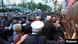 На фото: члени родин жертв терактів проти США 11-го вересня 2001-го року вшановують їх пам'ять