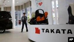 Seorang petugas keamanan tengah berjaga di sebuah showroom Takata Corp. di Tokyo, Jepang (Foto: dok).