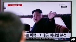 Dân Hàn Quốc xem truyền hình tin tức về một vụ phóng phi đạn của Bắc Triều Tiên. Chính phủ Kim Jong Un đã có những phản ứng ương ngạnh sau khi bị Hội đồng Bảo an Liên Hiệp Quốc áp đặt những biện pháp chế tài mới.