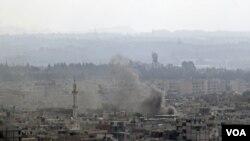 Los bombardeos contra la ciudad de Latakia, desde tierra y mar dejaron la ciudad envuelta en el humo de las explociones.