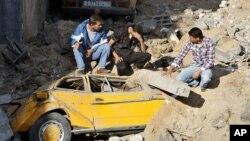 فلسطینیان در میان خرابه های نوار غزه پس از حمله هوایی اسرائیل، ۲۰ نوامبر ۲۰۱۲