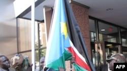 Cờ của Nam Sudan được kéo lên trước Ðại sứ quán ở Washington đánh dấu một quốc gia mới tham gia vào cộng đồng quốc tế
