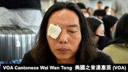 8月14日香港國際機場反送中集會,有集會人士以白色紗布蒙著右眼, 象徵懷疑被警察以布袋彈射盲右眼的女急救員,為她討回公道 (攝影:美國之音湯惠芸)