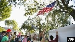 Người biểu tình trong phong trào chiếm lĩnh DC đứng trước Tòa Bạch Ốc