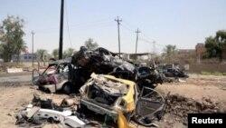 خودروهای آسیب دیده پس از انفجار یک دستگاه خودرو بمبگذاری شده در ورودی شهرک خلیص در شمال بغداد - ۴ مرداد ۱۳۹۵