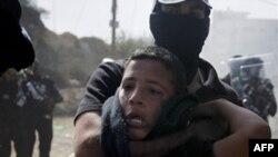 Một thanh niên Ả Rập bị giam cảnh sát chống bạo động của Israel bắt giữ trong cuộc đụng độ ở thị trấn Umm el-Fahm, ngày 27/10/2010