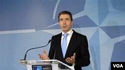 Glavni tajnik NATO saveza Anders Fogh Rasmussen govori uoči sastanka ministara obrane zemalja NATO-a u Bruxellesu, 2. 2. 2012. (AP Photo/Virginia Mayo)